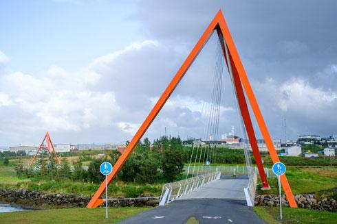 לפעמים פחות קר שם. מראש הפירמידות נמתחים כבלי פלדה אל בסיס הגשר (צילום: Hans-Olav Andersen)