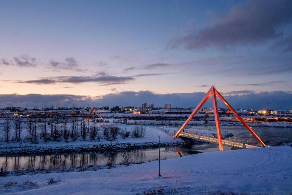שני הגשרים על הנהר שחוצה את הבירה מיועדים למעבר נוח של הולכי רגל ורוכבי אופניים לפארק. הם גם משמשים כעמדה נוחה לדיג. על פירמידות הפלדה הותקנה תאורה הניתנת לוויסות, כדי להימנע מזיהום אור בשפך הנחל הסמוך   (צילום: Hans-Olav Andersen)