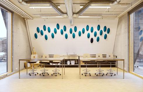 בבית הספר 3 סוגי כיתות: מסורתיות, כיתות אופן ספייס וכיתות אישיות. כמו לכל המבנים באי, גם לכיתות חלונות גדולים במיוחד (צילום: A2F ARKITEKTAR)