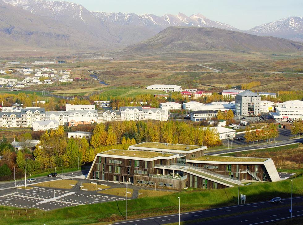 התיכון בעיירה מוספלסבאיר הוקם סמוך לכביש הראשי של איסלנד, ותכנונו הביא בחשבון את הסכנה ואת מפגעי הרעש. הצבת המבנה אנכית לכביש ויציקת החזיתות הקרובות אליו בבטון מצמצמים את הרעש. תלולית העפר שמפרידה בין בית הספר לכביש תוכננה על ידי אדריכל נוף ומהנדס אקוסטיקה (צילום: A2F ARKITEKTAR)