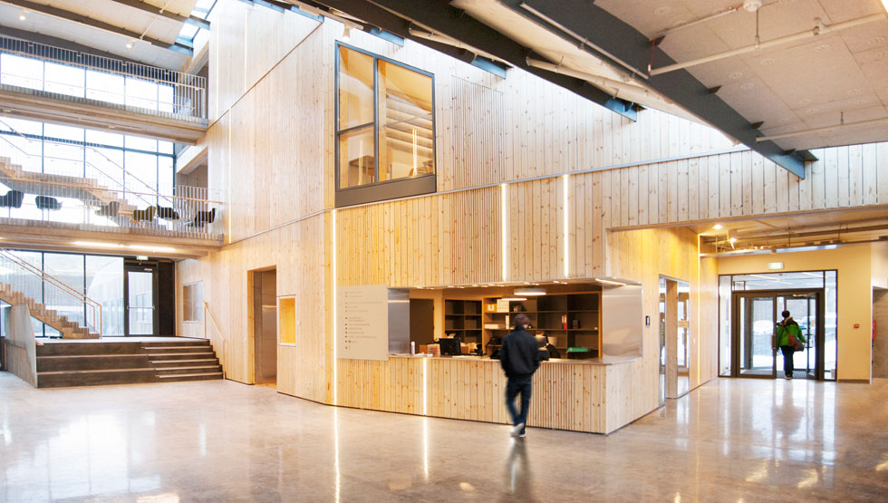 בית הספר מורכב משני מבנים בני שלוש קומות, המחוברים ביניהם בחלל משותף. חיפוי העץ המאסיבי מאזן את הבטון הקר  (צילום: A2F ARKITEKTAR)