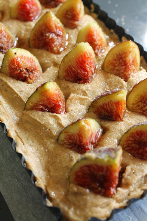 משקעים מעט את התאנים בבצק. העוגה לפני האפייה (צילום: אורלי חרמש)