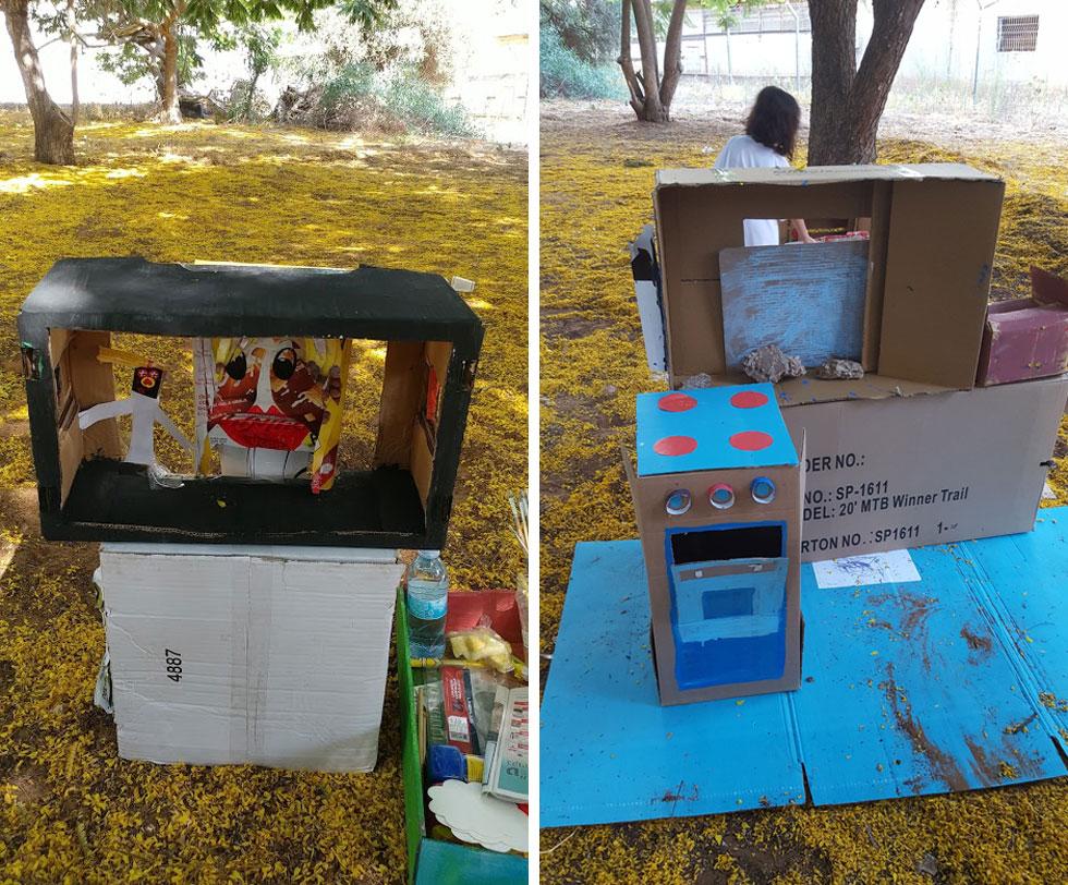 מימין: מטבח בגודל טבעי. משמאל: טלוויזיה (עם מתורגמנית שפת הסימנים!) שהייתה חלק מסלון-קרטון ששימש לאירוח במשך ימי האירוע (צילום: מירי דהאן, אתי מולכו)