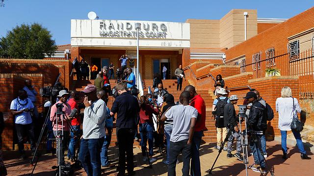 עיתונאים מחכים לגברת הראשונה של זימבבווה ליד בית משפט בדרום אפריקה שלשום. היא לא הגיעה (צילום: EPA) (צילום: EPA)