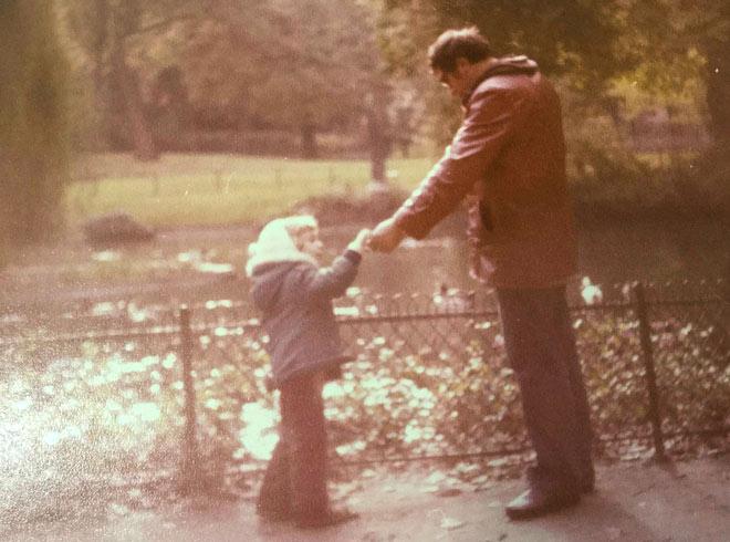 """עם אביו, בפארק מונסו שבפריז. """"הוריי ואני היינו יחידה מגובשת"""" (צילום: אלבום פרטי)"""