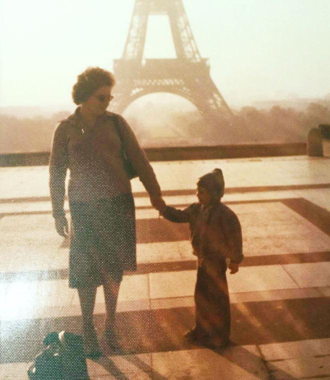 """עם אמו, למרגלות מגדל אייפל. """"הנסיעות האלה עלו הרבה כסף, והוריי ויתרו בשבילן על רכב פרטי"""" (צילום: אלבום פרטי)"""