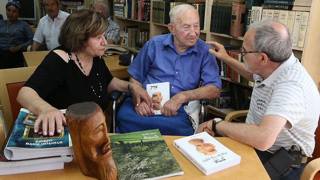 (משמאל:) חנה מינס ואברהם ויינריך עם חיים הכט (צילום: אלעד גרשגורן )