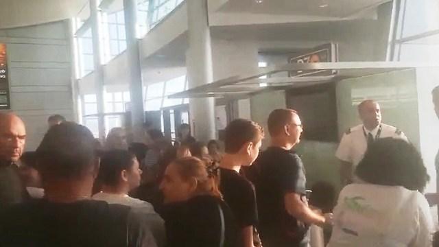 """נוסעי טיסת אל על לבנגקוק לאחר עיכוב גדול בנתב""""ג ()"""