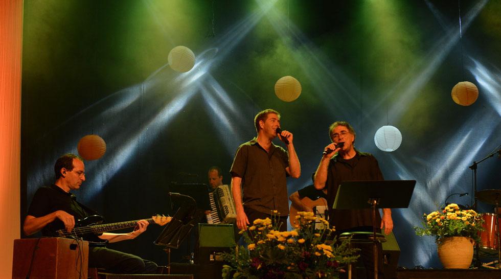 """עם בנו מתן במופע משותף. למטה: """"חייכי לי בשירים"""" ו""""ארץ ישראל יפה"""", שניים מהלהיטים הגדולים שלו (צילום: רן פרץ)"""