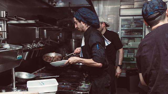 """מעסיקים 135 עובדים בשתי מסעדות. טבחים במסעדת """"פיאטו"""" (צילום: יח""""צ)"""