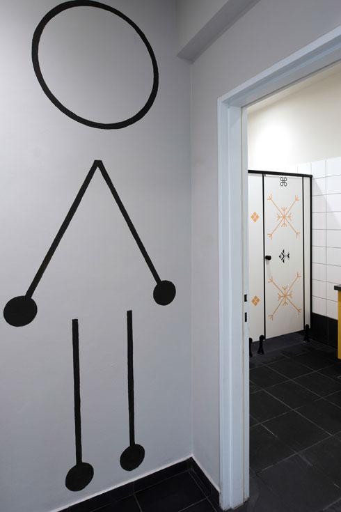 """עיטורי הקירות וסימון שימושי החדרים עוצבו על ידי סטודיו """"לוקה"""", שבחר בגיאומטריה קווית  (צילום: אלינה יאבטושנקו)"""