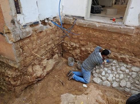 השיפוץ החל בחיזוק המבנה באבנים (צילום: אדר אופנהיים)