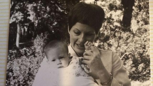אימי ואני, בינקותי. היש ילדות טובה מזאת? (צילום: אלבום משפחתי) (צילום: אלבום משפחתי)