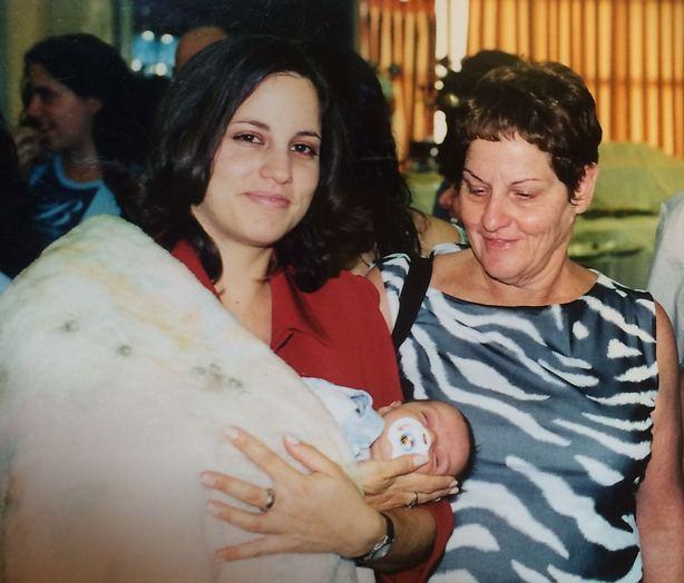 בתחושתי, היא חיכתה שאסיים את חופשת הלידה. אני, אימי ובתי התינוקת (צילום: אלבום משפחתי)
