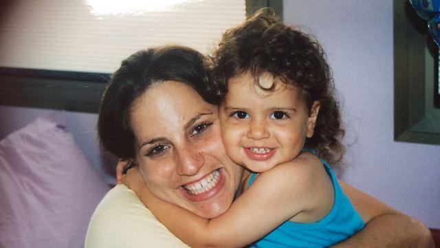 היה לי חשוב שהילדים לא ייפגעו מהאדוות. אני ובתי הבכורה (צילום: אלבום משפחתי) (צילום: אלבום משפחתי)