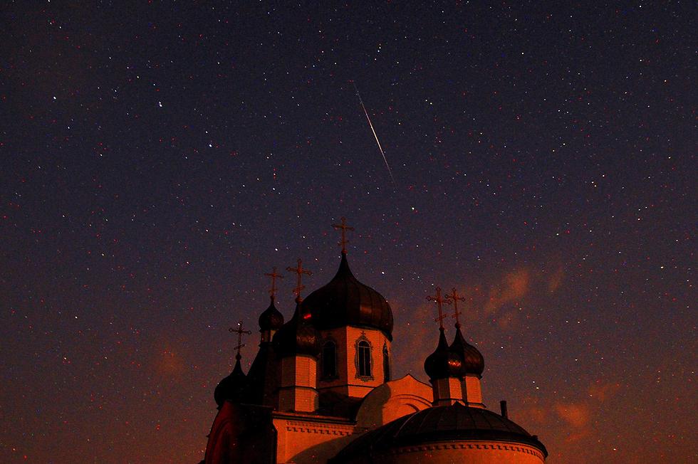 מטר מטאורים מעל כנסייה אורתודוכסית בבלארוס (צילום: AFP) (צילום: AFP)