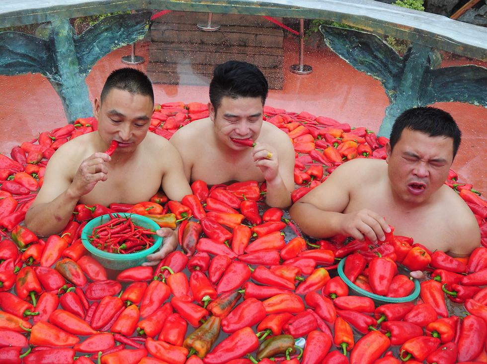 תחרות אכילת פלפל חריף באמבט צ'ילי. חונאן, סין (צילום: AFP) (צילום: AFP)