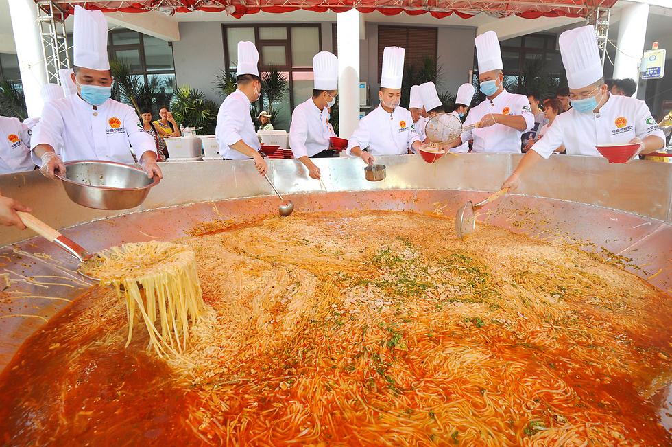 שפים מכינים קערת נודלס ענקית בננינג, סין (צילום: רויטרס) (צילום: רויטרס)