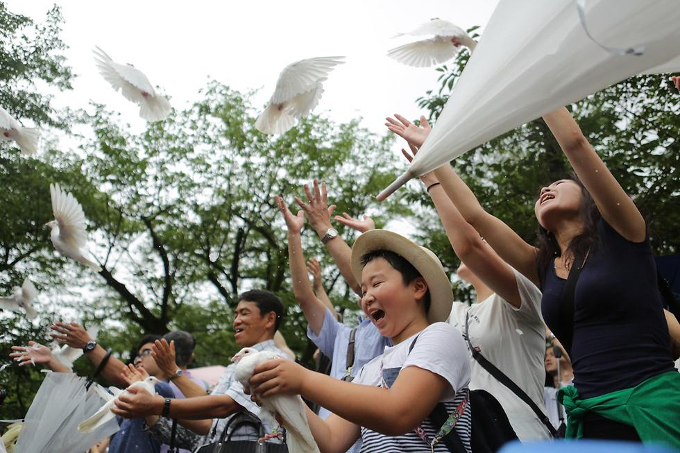 הפרחת יונים לציון יום השנה לסיום מלחמת העולם השנייה באסיה. טוקיו, יפן (צילום: gettyimages) (צילום: gettyimages)