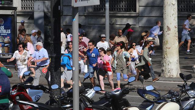 המנוסה בדקות שאחרי הפיגוע (צילום: AP) (צילום: AP)