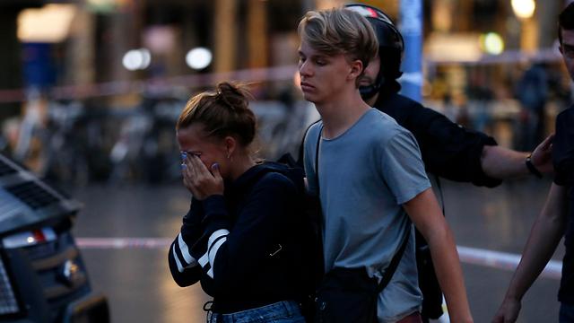 תיירים המומים אחרי הפיגוע בברצלונה (צילום: AFP)