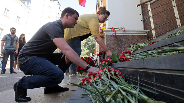 Laying flowers in memory of the victims of the attack (Photo: EPA)