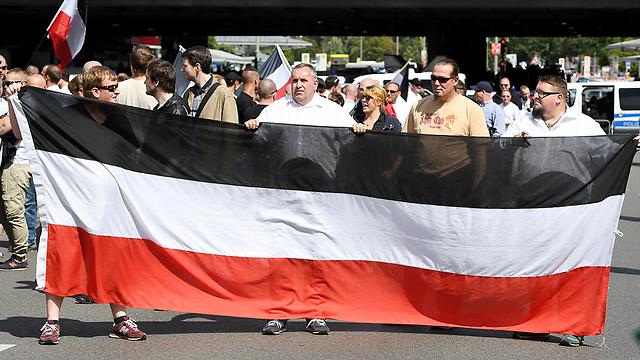 רק אתמול: פעילים ניאו-נאצים צועדים בברלין (צילום: AP)