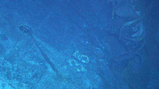 חלק של האונייה ועליו המספר 35. ככל הנראה חלק זה היה בצדה השמאלי של האונייה ביחס לחרטום (צילום: AP / Paul G. Allen) (צילום: AP / Paul G. Allen)