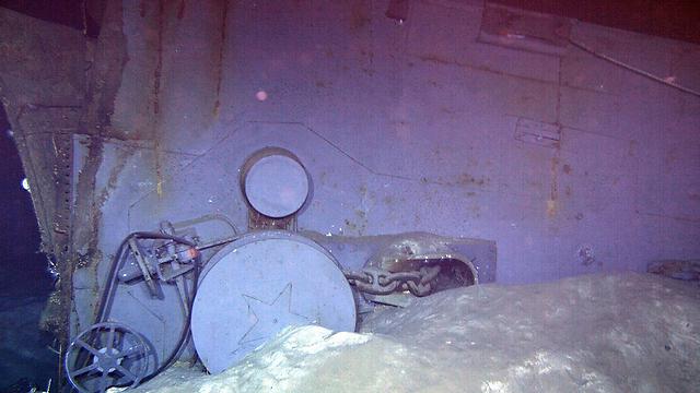 שריד של האונייה - ככל הנראה כננת עוגן מסיפונה הקדמי (צילום: AP / Paul G. Allen) (צילום: AP / Paul G. Allen)
