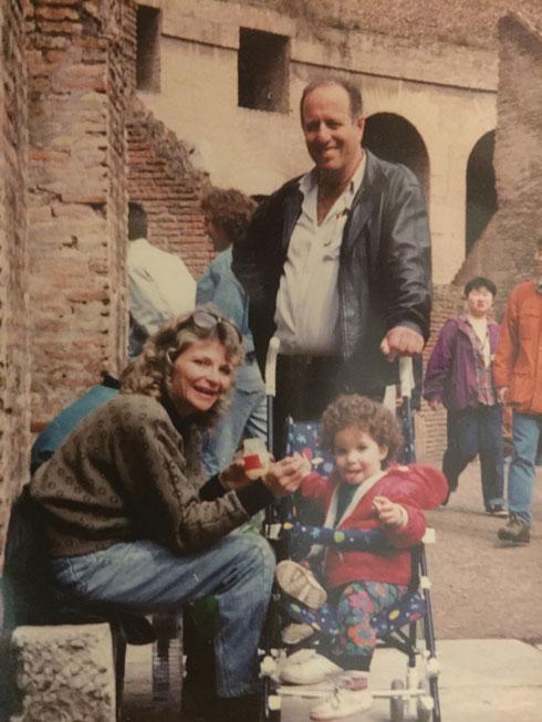 """עם הוריה ז""""ל, אילי וזאביק שוורץ. """"התפדחתי מזה שאין לי הורים והרבה פעמים הייתי משקרת. לא רציתי לעשות מזה אישו"""" (צילום: אלבום פרטי)"""