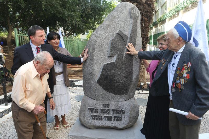 Выжившие в Собиборе и израильские политики около памятника Печерскому в Тель-Авиве. Фото: Ярив Кац