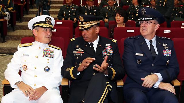 """גנרלים מצבא ארה""""ב בדרום קוריאה לפני פתיחת התרגיל המשותף (צילום: EPA)"""