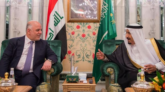 מלך סעודיה סלמאן עם ראש ממשלת עיראק חיידר אל-עבאדי ()