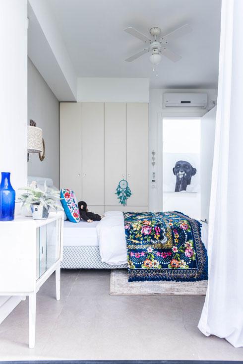 חדרה של אחת הבנות. צילום האשה במסדרון הוא של מושון חורש  (צילום: יוגב עמרני)