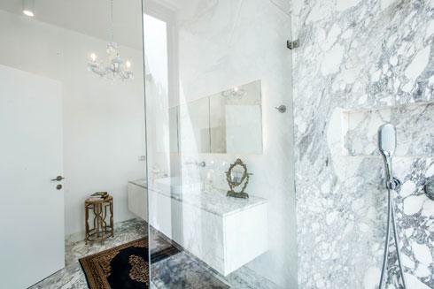 חדר הרחצה של ההורים. מי המקלחת מתנקזים במסילה מיוחדת החוצה (צילום: יוגב עמרני)
