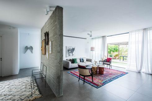 עיצוב הבית החל בבחירת השטיח הסלוני, הארוג ממשי (צילום: יוגב עמרני)
