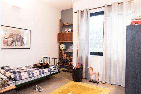 חדרו של הבן. מיטת המעבר נרכשה באיקאה. הארון (מימין) הוא רהיט ישן שנצבע מחדש  (צילום: יוגב עמרני)