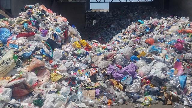 מיון פסולת אריזות בתחנת המיון בעפולה (צילום: אופק גל) (צילום: אופק גל)