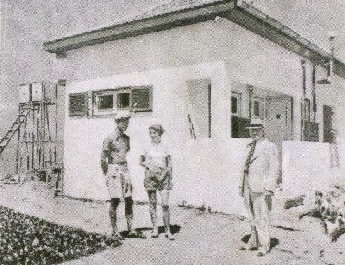 """הוריו של דני מנהיים ליד ביתם בארסוף, שנות ה-30. """"לא היה כאן כלום"""" (רפרודוקציה)"""