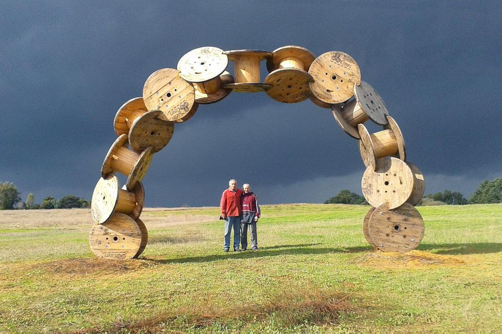 """עם האוצרת טניה פרמינגר בפארק הפסלים. """"עשיתי כמה עבודות בהדרכתה"""" (צילום: הגלריה הירוקה ארסוף קדם)"""