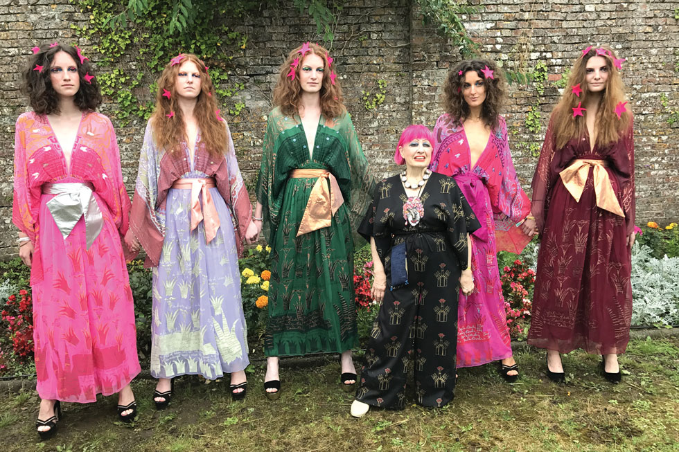 המעצבת הוותיקה זנדרה רודס, בעלת שני תוארי כבוד מהמלכה, ידועה במראה האולטרה־צבעוני שלה. לריאיון איתה הגיעו הכי הרבה צופים (50!) (צילום: אהרן הוכברג)
