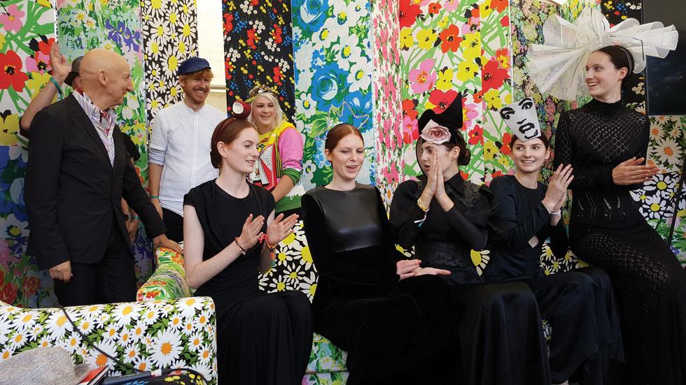 האחיות וורן בהרכב מלא  מציגות את שלל הכובעים המטורפים של סטפן ג'ונס, הכובען המפורסם שעובד עם דיור, גליאנו, קום דה גרסון ועדיין נשאר צנוע ולבבי (צילום: אהרן הוכברג)