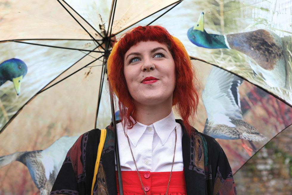 קוד לבוש בפסטיבל אנגלי גשום: מטרייה מעניינת (צילום: אהרן הוכברג)