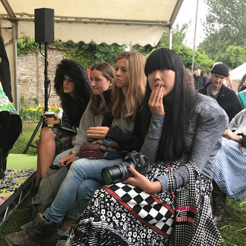 הבלוגרית הנחשבת סוזי באבל (מימין). כל המעצבים המשתתפים היו נגישים ולבביים ולא טרחו לתעד כל פיפס (צילום: אהרן הוכברג)