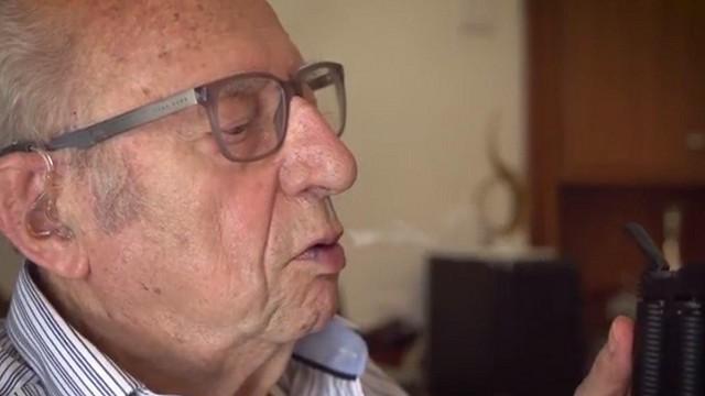 עבר את הנאצים, אז שהוא יפחד מקצת קנאביס? דב בן ה-92 עם מכשיר האידוי ()