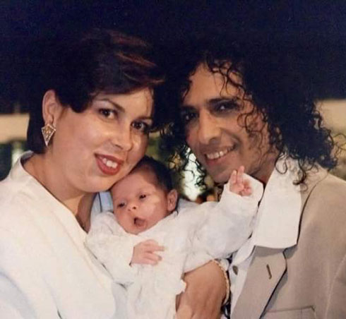 """כהן וצרפתי מציגים את בתם אליה, 1997. """"אין אצלנו מריבות וצעקות. יש רק ויכוחים"""" (צילום: אלבום פרטי)"""