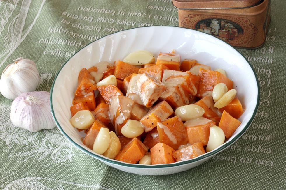 תבשיל קוביות בטטה ושום במיקרוגל (צילום, סגנון והכנה: אסנת לסטר)