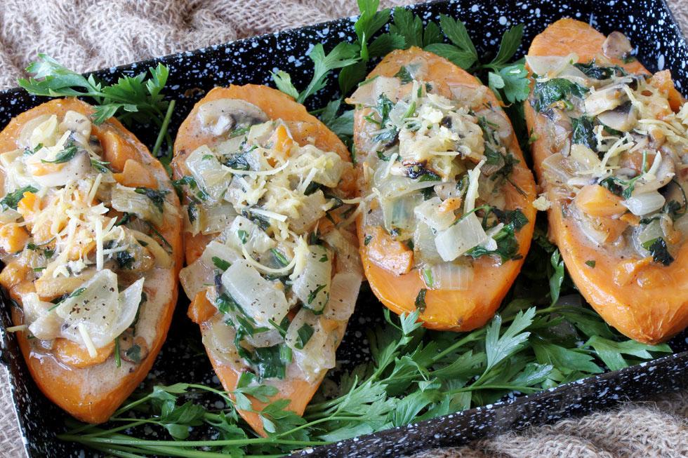 בטטות ממולאות בפטריות, פרמזן ועשבי תיבול (צילום, סגנון והכנה: אסנת לסטר)