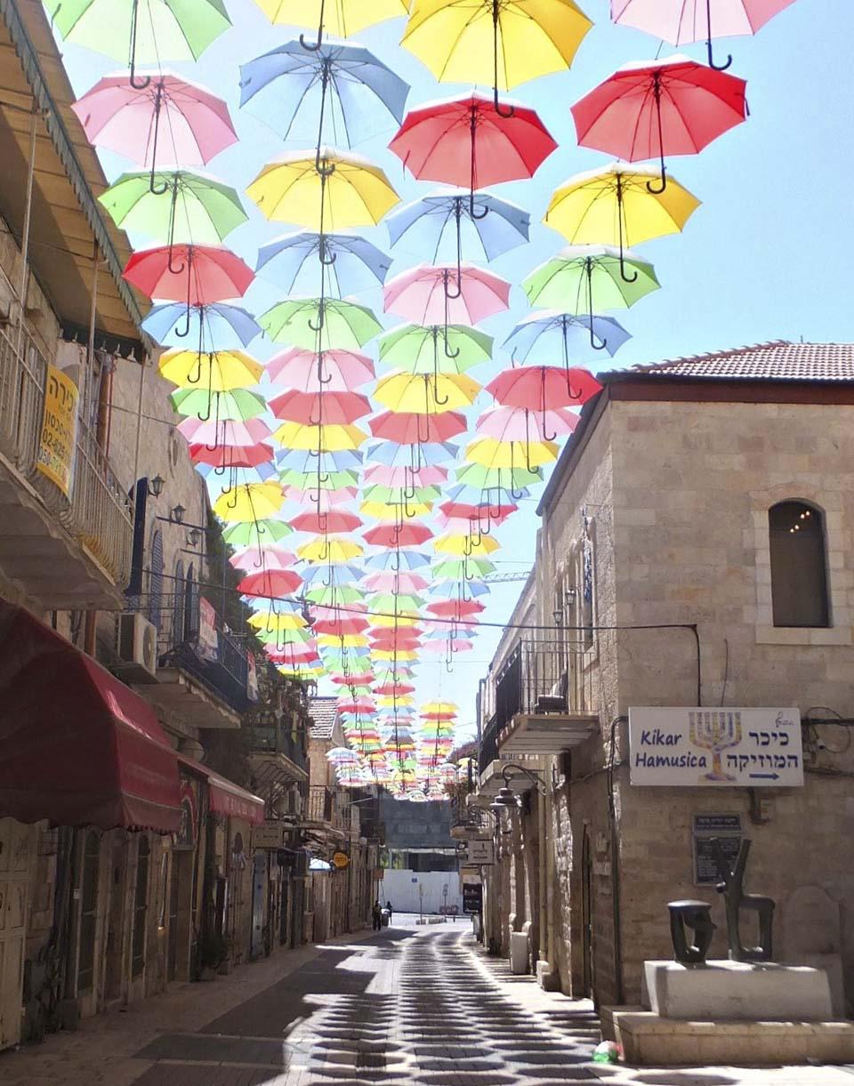 Декоративные зонтики в Иерусалиме. Фото: Леон Левитас