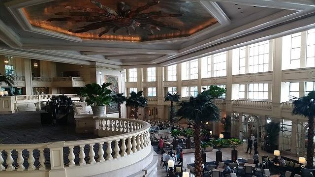 """הרבה יותר מ""""עוד מלון"""": הלובי של מלון פנינסולה (יפתח וקנין)"""